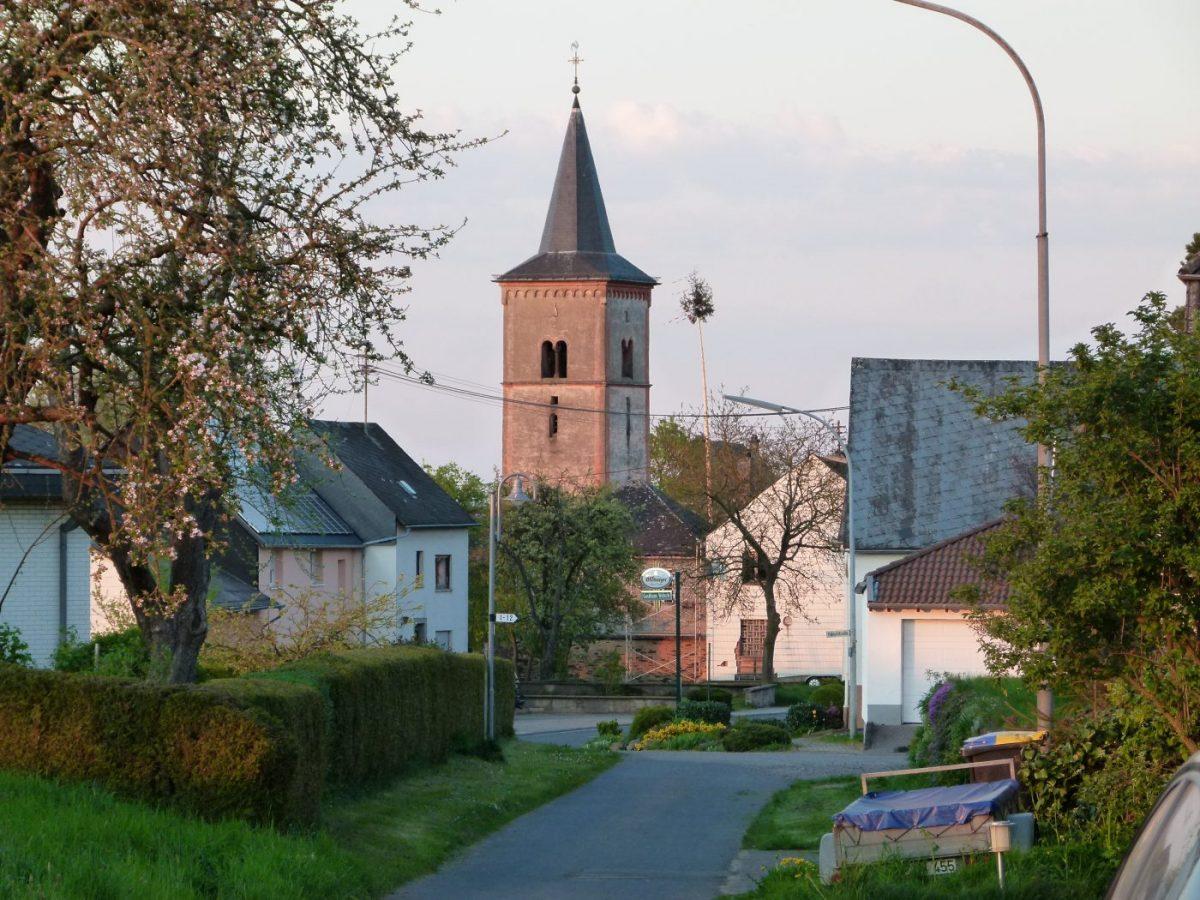 Alter Kirchturm und Maibaum